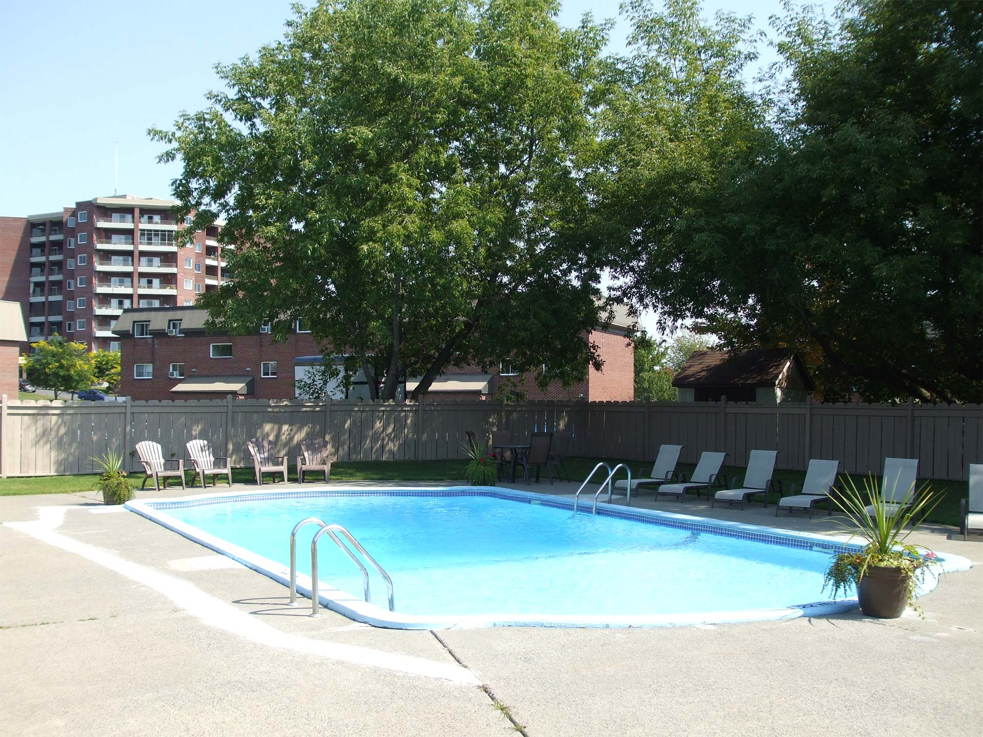 appartement-granby-125-135-st-michel-piscine2-retouche.jpg